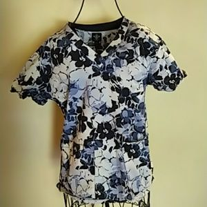 Med Couture Fitted scrub top XS blue floral